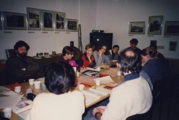 Vorbereitungsgespräch der Schüler auf den Aufenthalt in Tsuwano, MOG, J. Zeller, P. Krug, N. Fuhrmann, 7.3.1996 in Hintergrund die Ausstellung