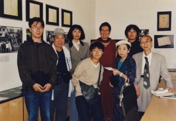 2001 Mori Tomu und Gruppe - im Hintergrund die Ausstellung