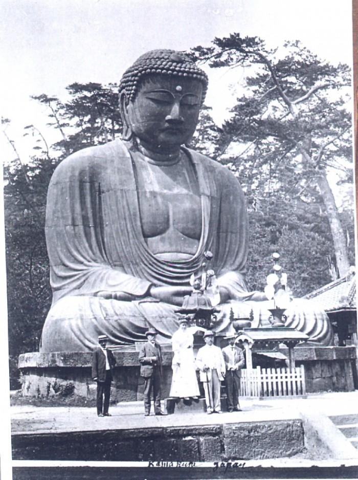Foto der Ausstellung - Koch vor dem großen Buddah