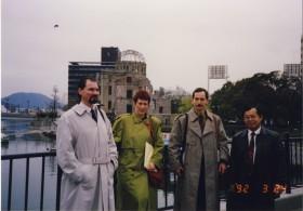 Vor dem Atombombendom in Hiroshima
